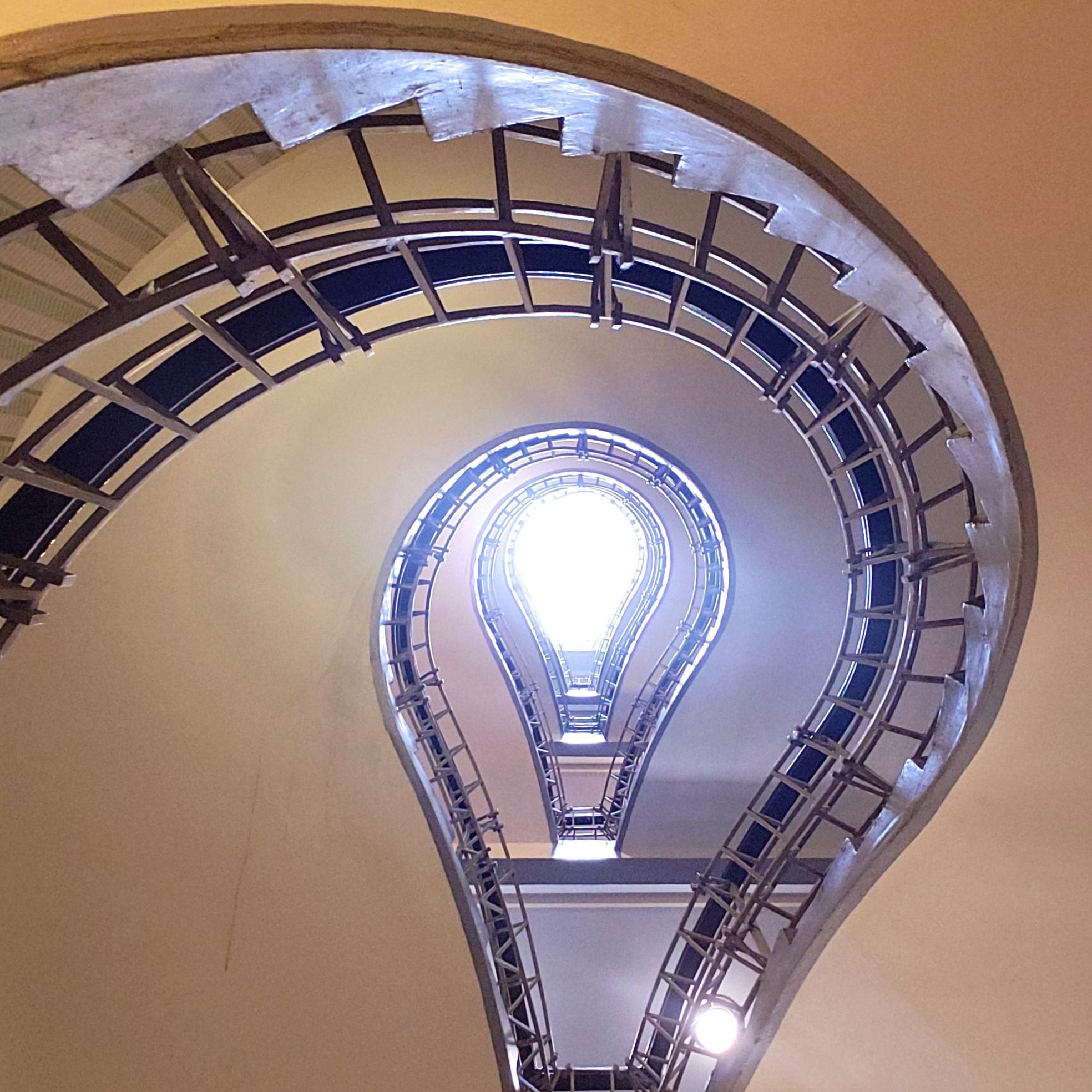 escaliers ampoule cubiste Prague