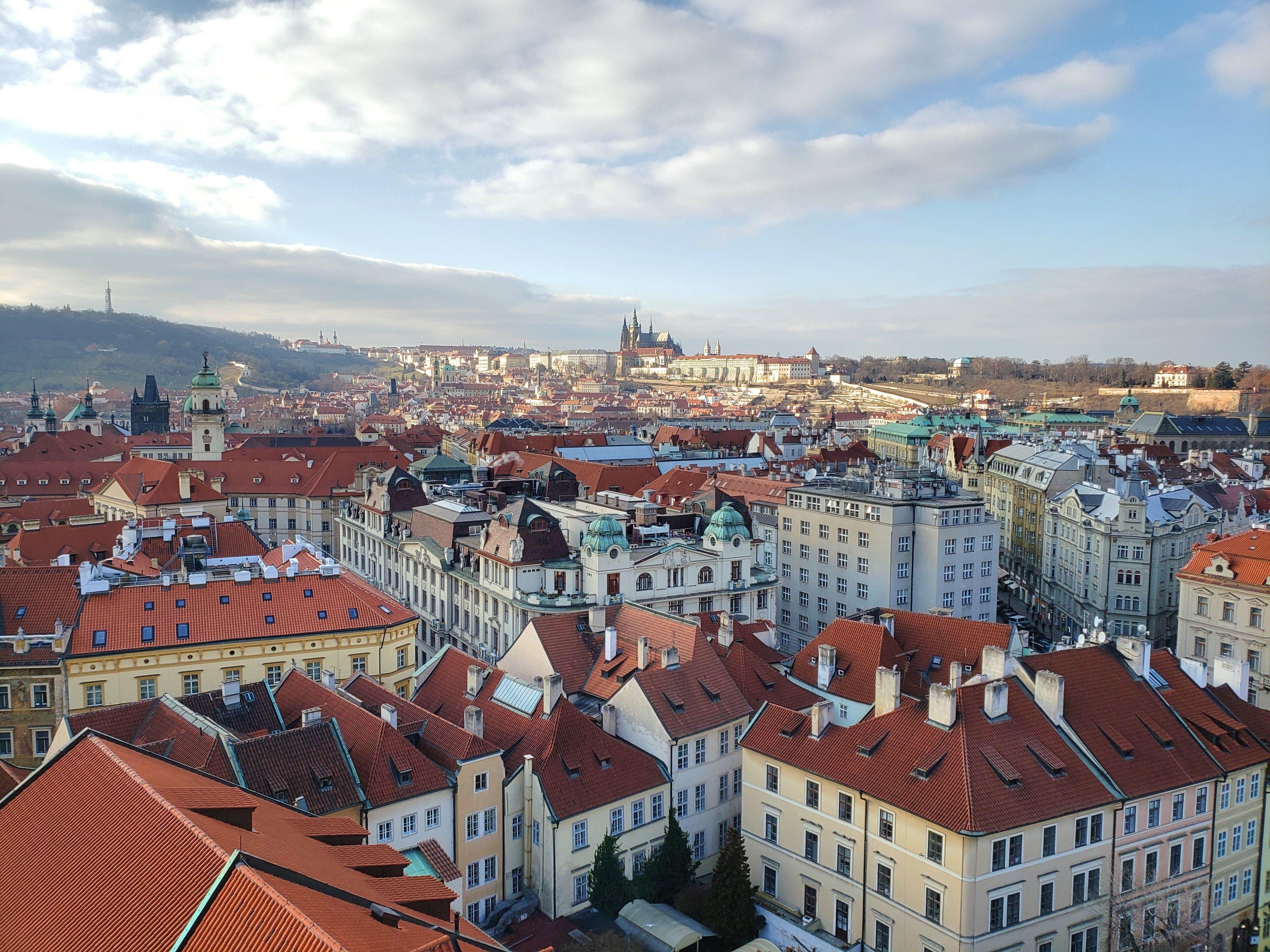 vue sur Prague beffroi hôtel de ville