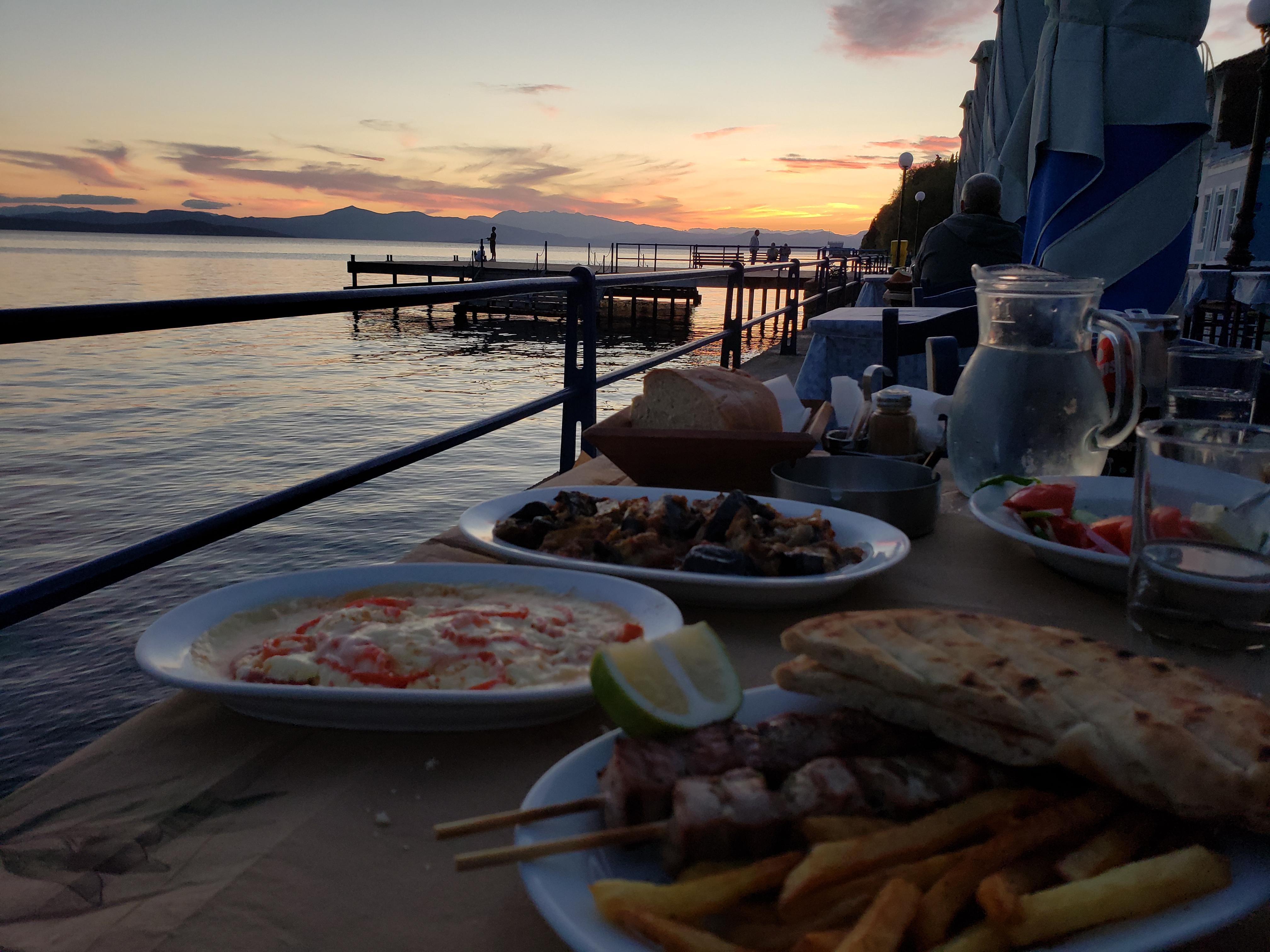 restaurant sur le port de Limni